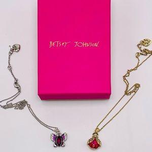 EUC Betsey Johnson Pendant Necklace Set Gift Box